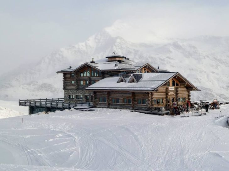 The Sunny Valley Kelo Resort is the first refreshment stop in the ski area.