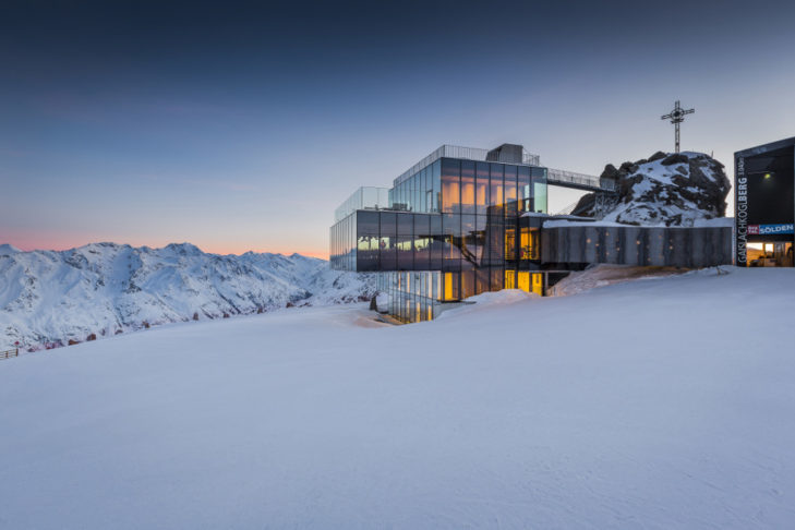 Dining with a dreamy panoramic mountain view - that's possible in the Sölden ski area.