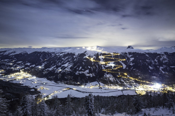 Pure romance with a view of the illuminated toboggan run in Bramberg.