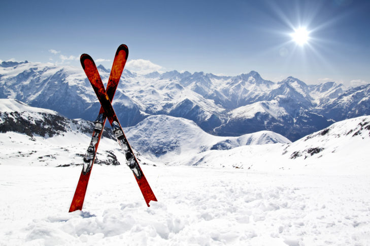 New skis in the snow: winter sports enthusiasts have to consider whether they want their own skis or rental skis.