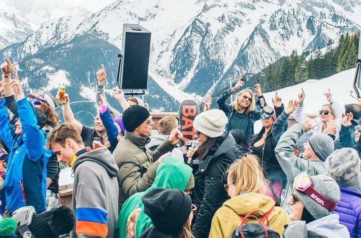 "Après ski atmosphere in the ""Pilzbar"" in Mayrhofen."