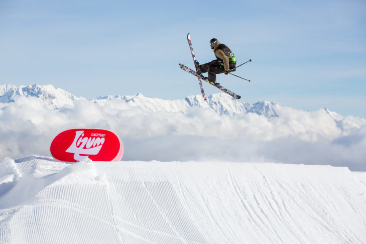 Freestyle skis make awesome tricks in the snow park and on the slopes possible.